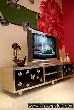 point4 电视柜呼应手绘墙面 客厅的金属电视柜,以黑色的木贴面和银质