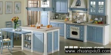 装修设计图片之厨房装修图片:现代大户型厨房实景图冷色橱柜,